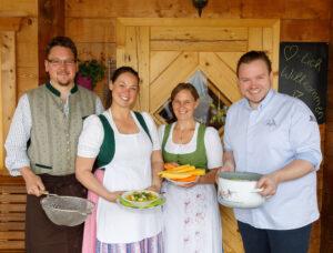 Richard Rauch (rechts) in der Sattelberghütte mit Hüttenwirten aus der Region