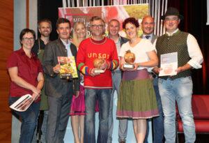 V.l.n.r.: Elisabeth Rogl (Glocknerblick), Vitus Winkler (Juror), Walter Hörbinger (Juror und HOGAST.REGIO-Initiator), Angelika Pehab (Moderatorin), Konrad Rogl (Glocknerblick), Roland Essl (Juror), Renate Jans (Figerhof), Alexander Stockl (Juror), Philipp Jans (Figerhof)